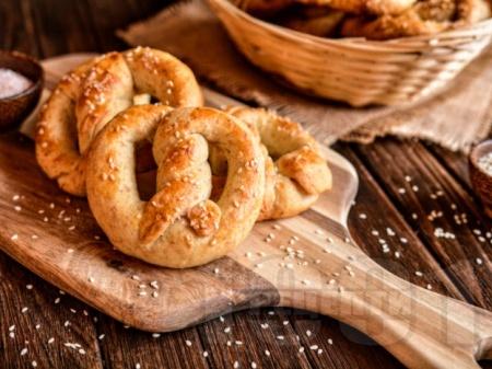 Домашни гевреци с прясно мляко и мая печени на фурна - снимка на рецептата